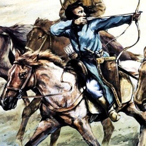Hunlar Çinlilere ok ata ata çekilmişler ve Türk ordusuna tekrar katılmak için tekrardan at salmaya başlamışlardı.